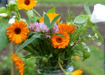 eetbare bloemen in een vaasje